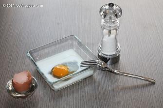 2. Sbatti l'uovo con il latte e un pizzico di sale