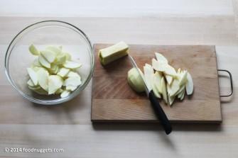 2. Affetta le mele e irrorale con il succo di limone