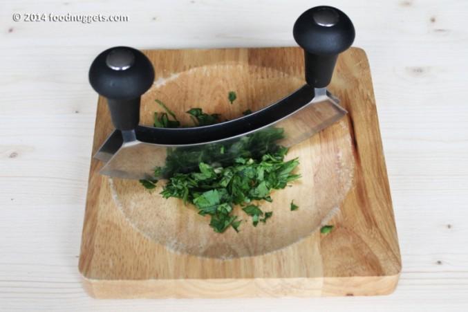 1. Trita finemente aglio svestito e prezzemolo
