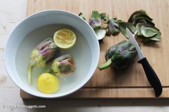 3. Monda i carciofi e mettili in acqua e limone