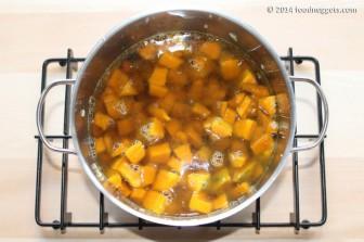 4. Aggiungi i cubetti di zucca e cuocili nel brodo