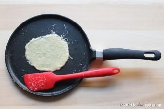 5. Compatta il formaggio su una padella calda