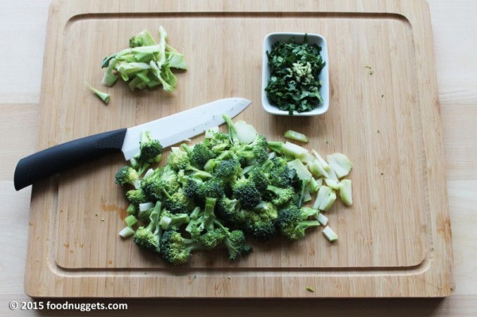 1. Trita aglio e prezzemolo e monda i broccoletti