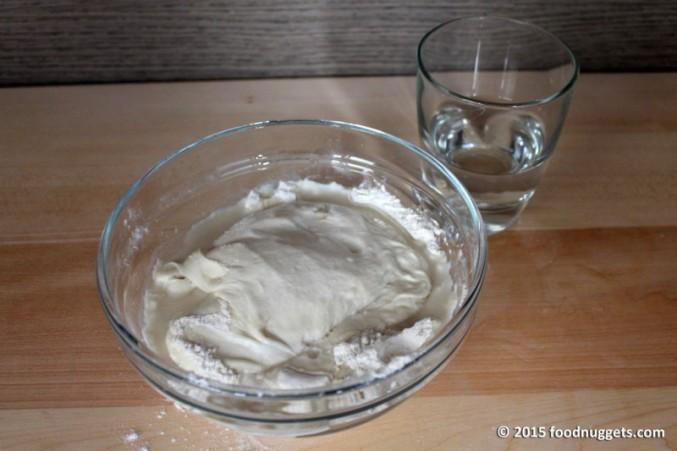 1. In una ciotola amalgama impasto base, farina e acqua