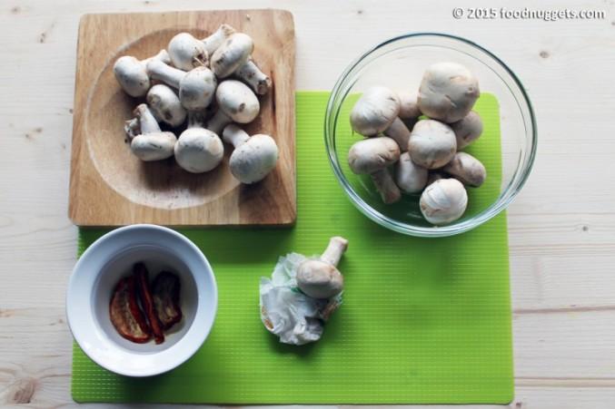 1. Metti i pomodori secchi in ammollo e pulisci accuratamente i funghi