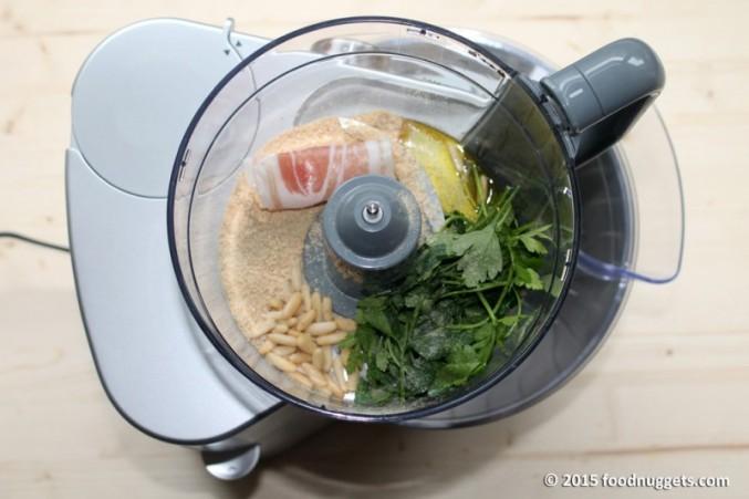 1. Prepara il ripieno con una fetta di pancetta, pinoli, pangrattato, prezzemolo, olio, sale e pepe
