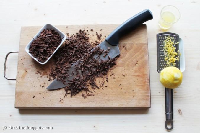 1. Grattugia il limone, spremilo e con un coltello robusto riduci il cioccolato in scaglie