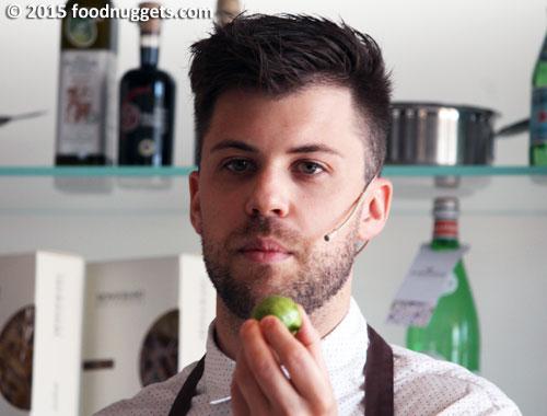Lorenzo Cogo mostra una noce verde