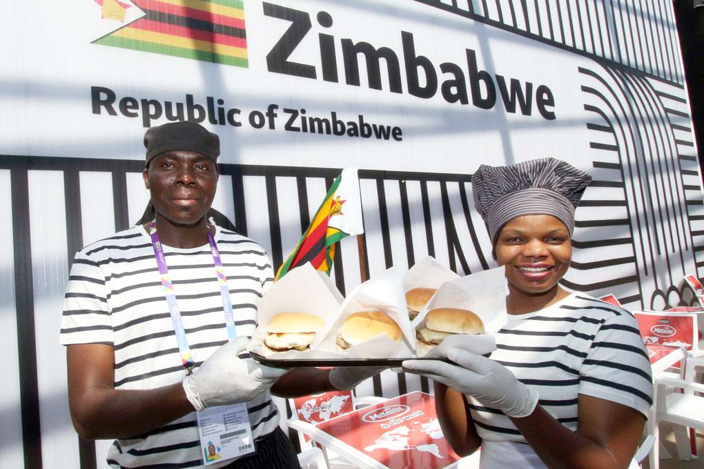 Gli zimbabwiani mostrano lo zebraburger