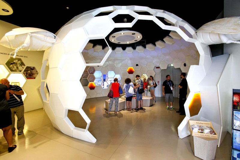 Alveare bianco all'interno del padiglione di Malta in Expo