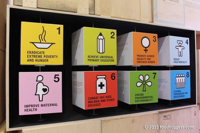 Gli otto cubi con gli obiettivi del millennio nel padiglione del Principato di Monaco in Expo