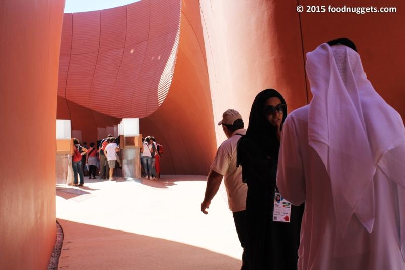 Arabi e visitatori nel padiglione degli Emirati in Expo