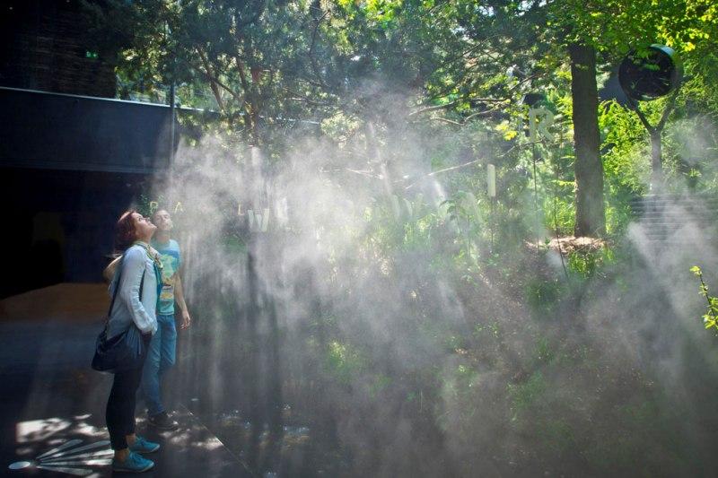 Giovani si godono il refrigerio nel padiglione austriaco in Expo
