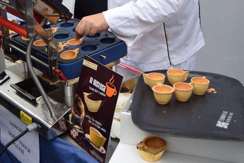 """Preparazione della tazzina """"mangia e bevi"""" in Expo"""