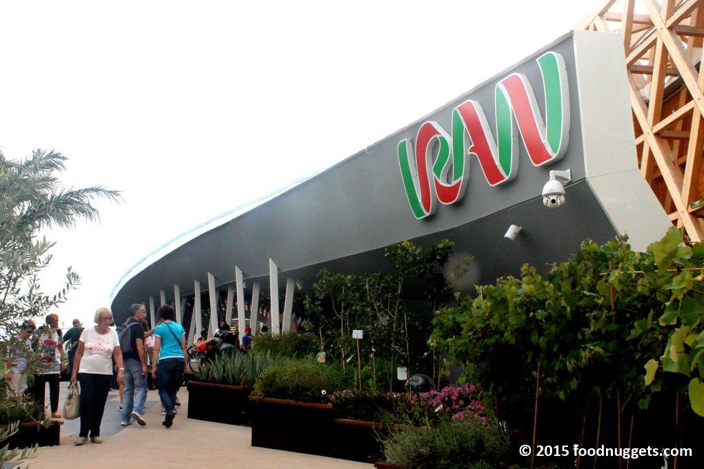 La facciata del padiglione dell'Iran in Expo Milano 2015