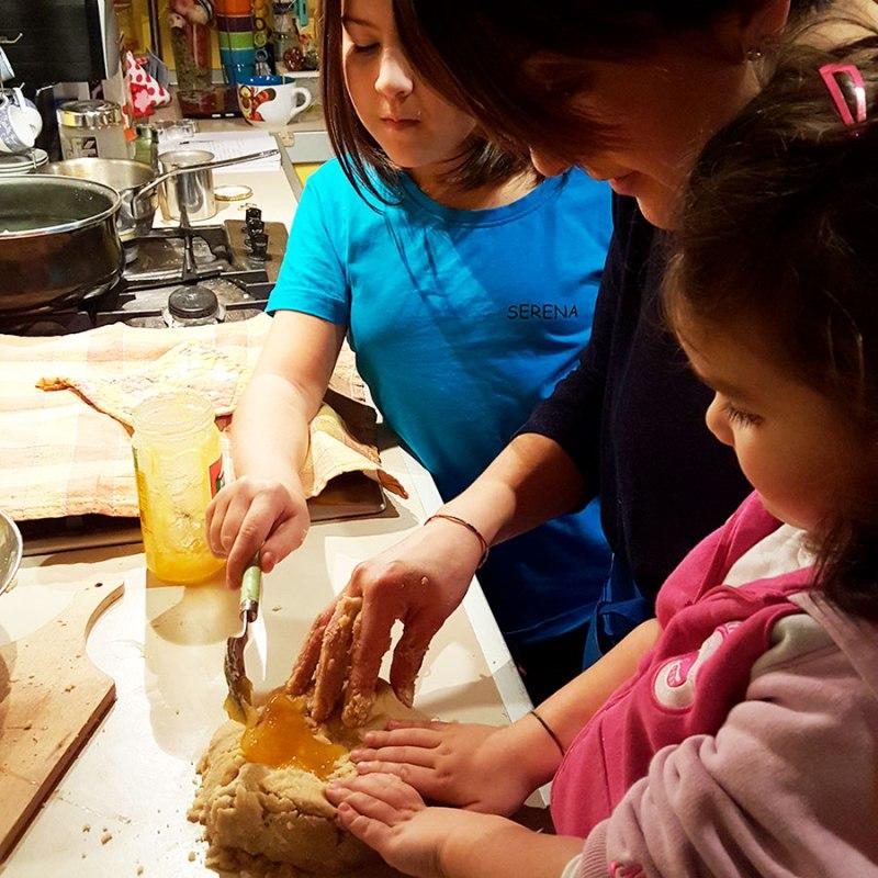Manuela Di Maio cucina con le figlie Serena e Greta