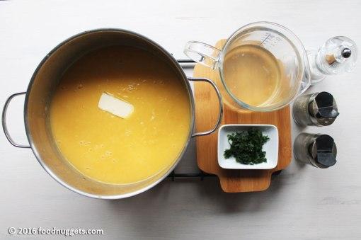Crema con il burro sul fornello, brodo, prezzemolo tritato, aromi