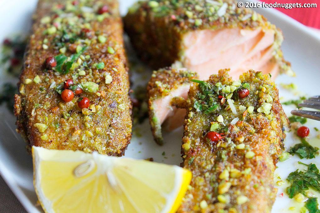 Dettaglio dei tranci di salmone in crosta di pistacchi