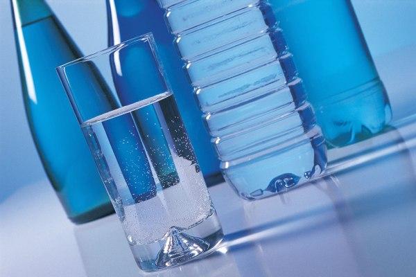 Acqua minerale naturale in un bicchiere