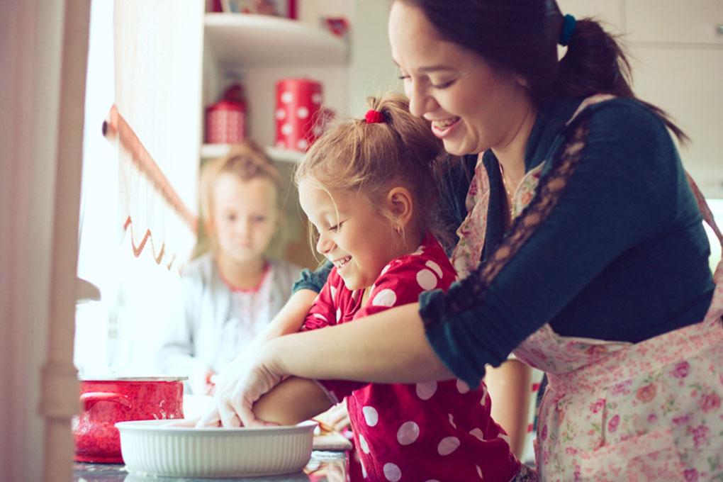Mamma e bambina al lavoro in cucina